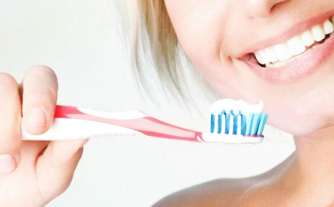 Combien de fois par jour et combien de minutes vous faut-il pour vous brosser les dents