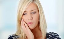Flux dentaire sur la gencive et la joue: symptômes, traitement à domicile