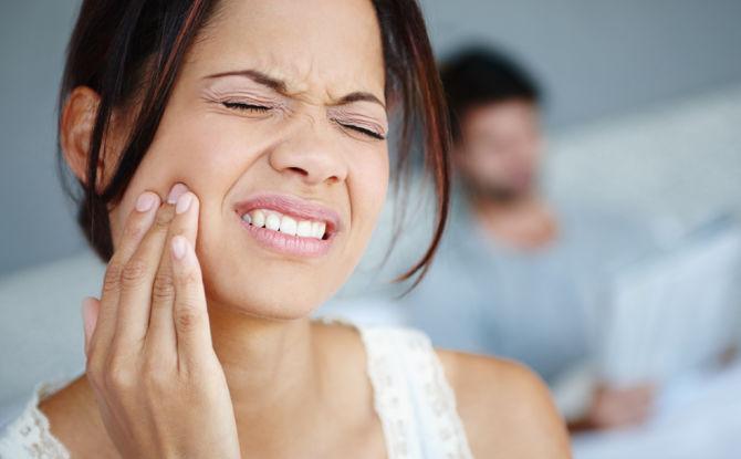 Apporte les dents et la mâchoire: raisons et quoi faire