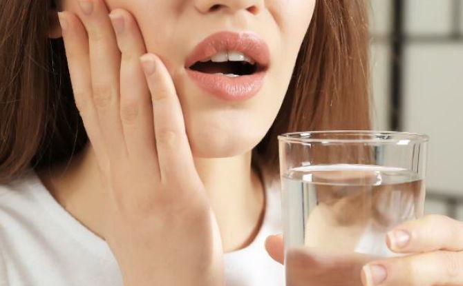 Se rincer la bouche avec du soda-salin pour les maux de dents: proportions, comment cuisiner