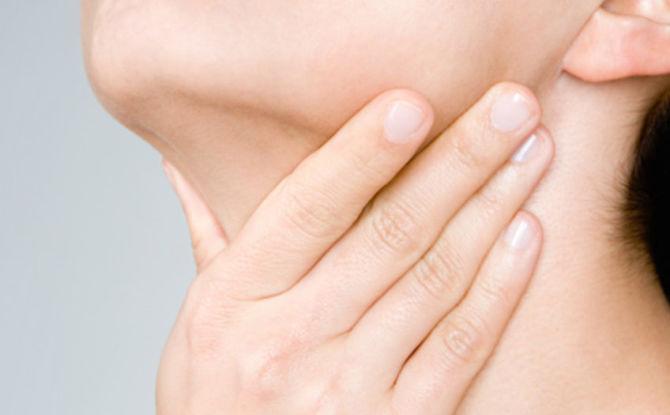 Pour quelles raisons le menton ou le cou sous la mâchoire dans le larynx peuvent faire mal