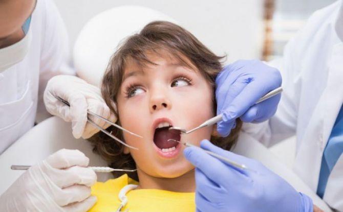 Causes de carie des dents à feuilles caduques chez les enfants en 1-2 ans