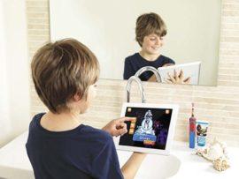 Un enfant se brosse les dents avec une brosse à dents électrique
